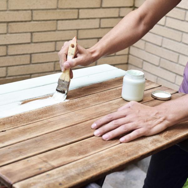 5 consejos sobre pintar una mesa de madera (y que parezca nueva)